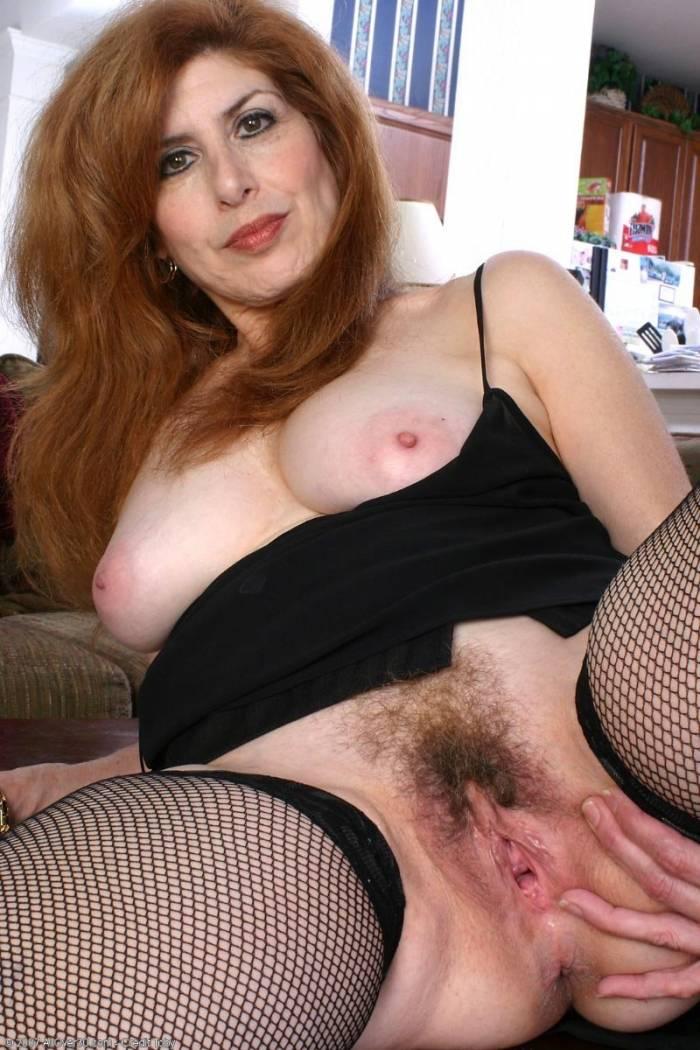 Fotos de velha pelada mostrando sua buceta cabeluda