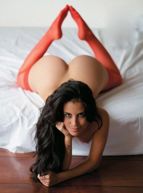 Modelos nuas em fotos exibindo suas bundas gostosas