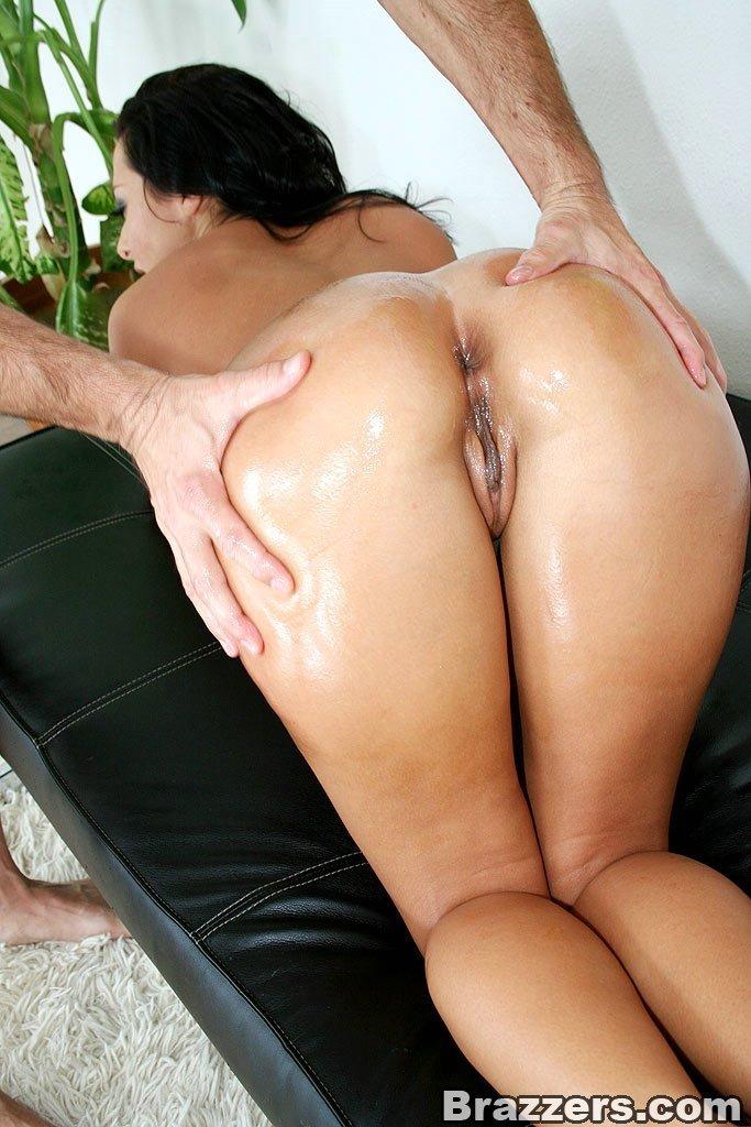 Morena mostrando a bunda e liberando tudo pro massagista