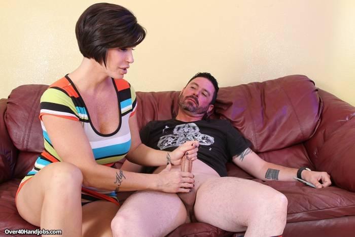 Mulher madura fazendo sexo oral no namorado