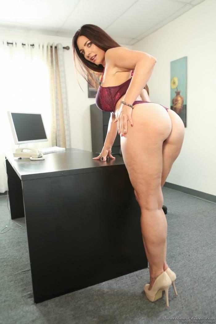 Secretária safada nua em ensaio sensual no escritório