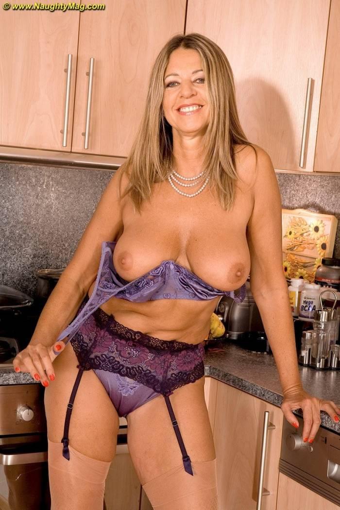 Dona de casa pelada na cozinha de casa