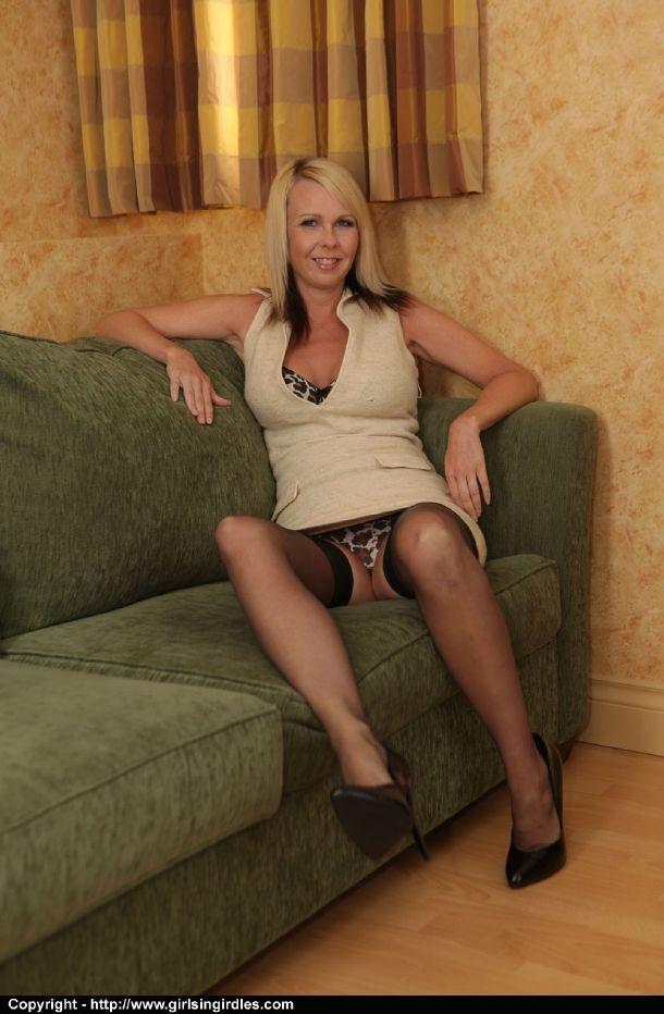 Coroa bêbada abrindo as pernas mostrando a calcinha