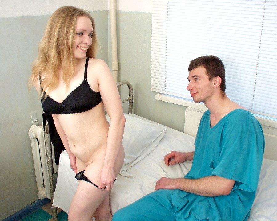 Enfermeira dando para paciente dentro do hospital