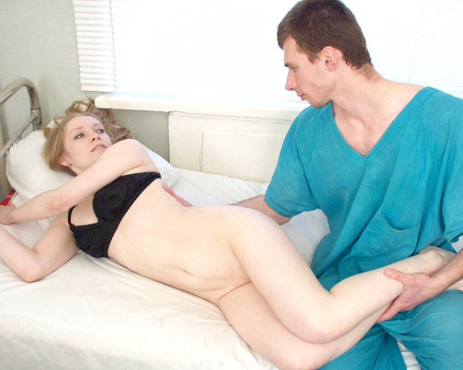 %t Enfermeira dando para paciente dentro do hospital