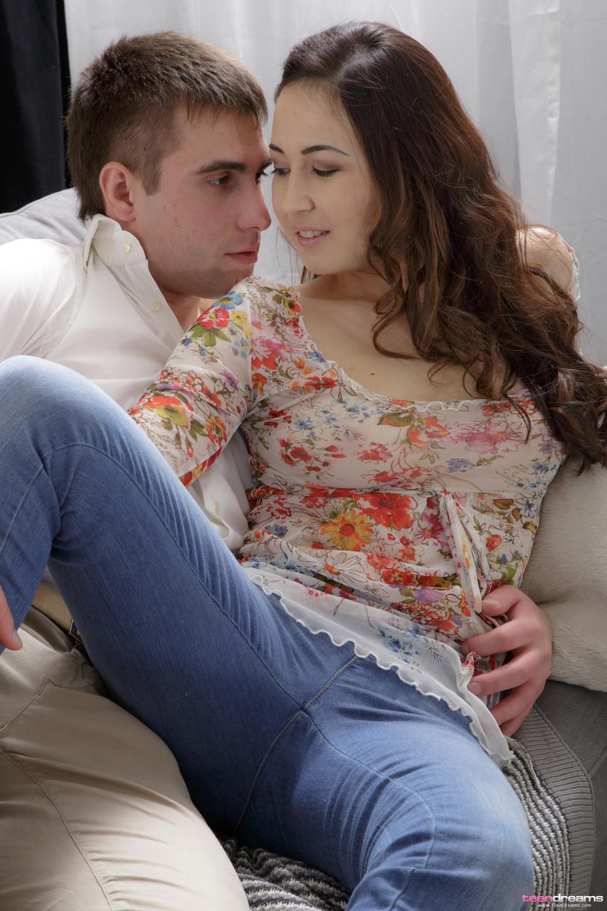 Irmão e irmã fodendo no sofá da sala de casa