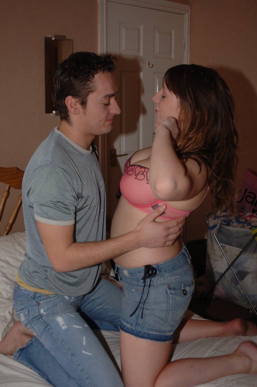 Madrasta trepando com enteado enquanto o marido trabalha