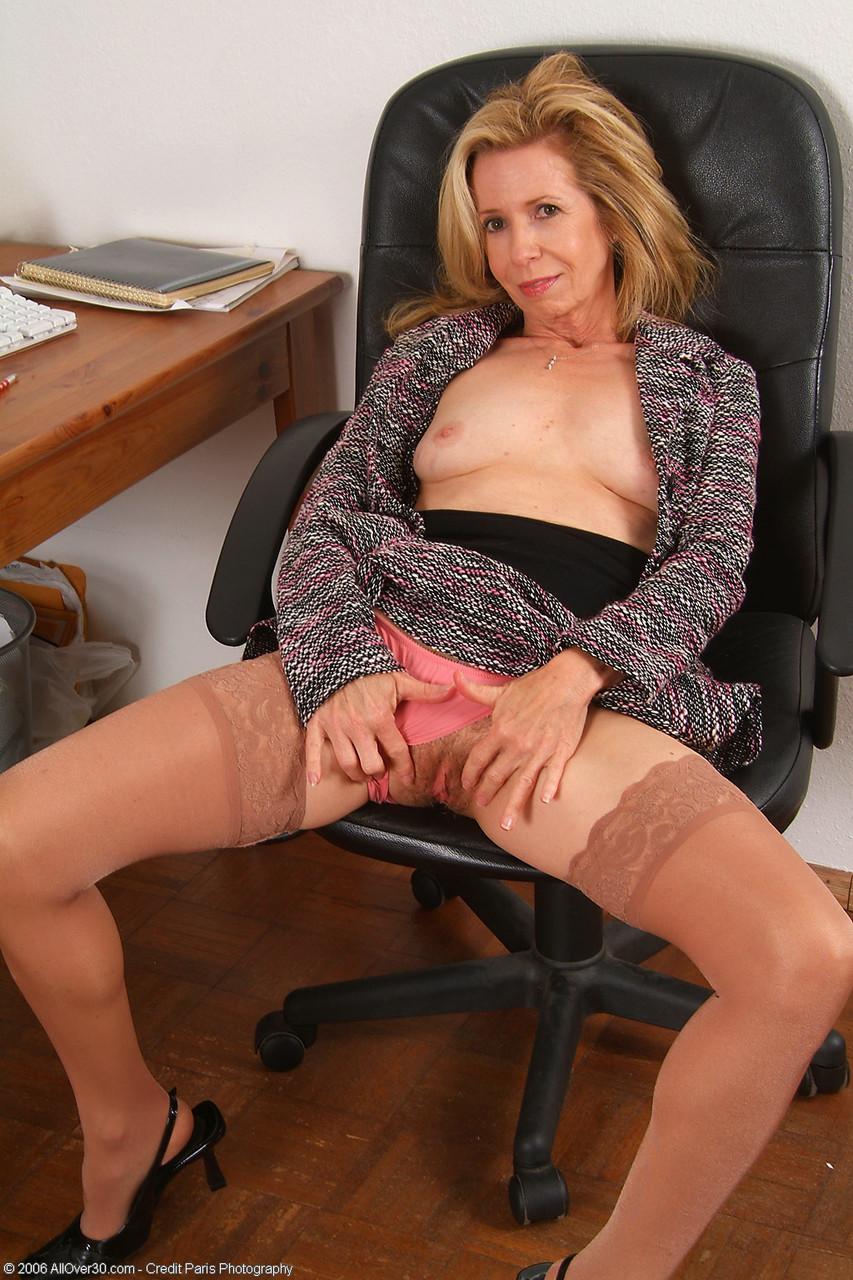 Secretária madura nua mostrando a bucetinha